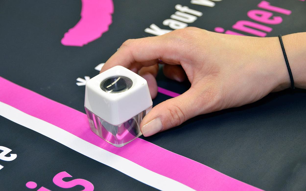 LITHOSCAN crossmedia | Kontrolle der Druckergebnisses mit dem Fadenzähler